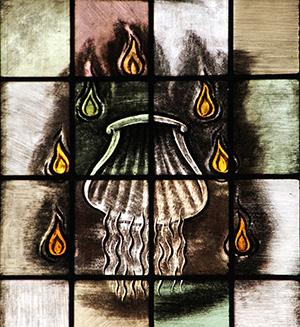 """De gehele cyclus wordt afgesloten met rechts twee afbeeldingen boven elkaar. De stenen tafels met de Tien Geboden en een engel met een kaars in de hand. Onder de tekst: """"ONDERHOUD GODS GEBODEN"""" Schelp, als symbool van het sacrament van de Doop. De kunstenaar zou met de zeven vlammetjes hebben kunnen verwijzen naar de zeven Sacramenten die de rk Kerk kent"""