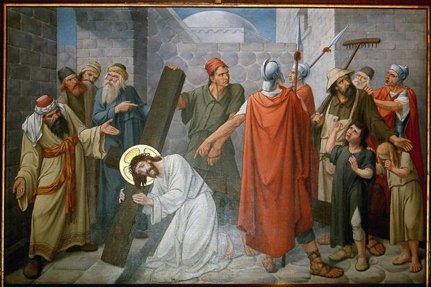 Statie 5: Sim: van Cyrene wordt gedwongen Jhs zijn kruis te helpen dragen. Voluit: Simon van Cyrene wordt gedwongen Jezus zijn kruis te helpen dragen.