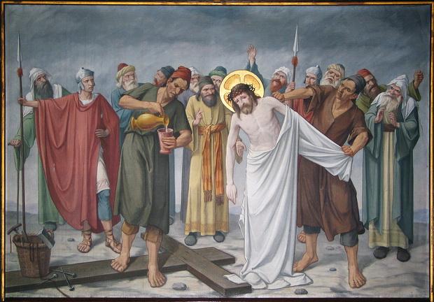 Statie 10: Jezus wordt ontkleed en met gal gelaafd.