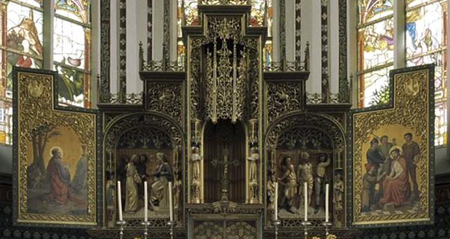 Het hoogaltaar in de Sint Werenfriduskerk van Workum. Onze gereconstrueerde altaarluiken vertonen een grote gelijkenis. Mogelijk zijn ze op deze gebaseerd. Wordt nader onderzocht.