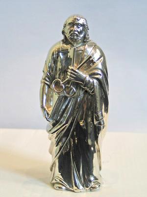 Petrus heeft sleutels in zijn linkerhand, als symbool van zijn hemelse sleutelmacht.