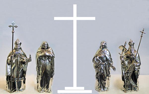 Tabernakelbekroning 1 (3e kwart 17e eeuw), Peter van Millingen, Utrecht - zilver Samen met een (verloren gegaan) zilveren kruisbeeld sierde deze groep op feestdagen het tabernakel: in het midden het kruisbeeld, geflankeerd door Maria en Johannes (die op Goede Vrijdag onder het kruis stonden) en daarnaast de beeldjes van Willibrordus en Bonifatius. Tip: klik op de foto voor een afbeelding met de compositielijnen.
