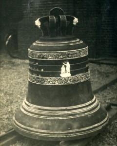 1943-02-24 Originelel luidklok 15-4-1886 bij afvoer door bezetter NB139-e-4-5-2000pix