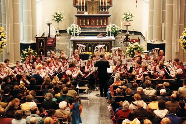 19 april 1998: de feestelijk versierde kerk bij heropening na restauratie van 1994-1998. De gereconstrueerde zijluiken van het altaar komen later.