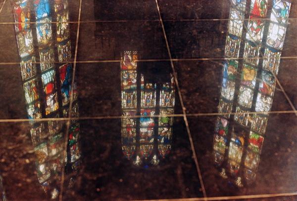 1998: Weerspiegeling van de ramen van de apsis en de top van de altaaropbouw in de nieuwe vloer van het priesterkoor (die toen nog de volle glans had, nu is de vloer doffer geworden door het gebruik).