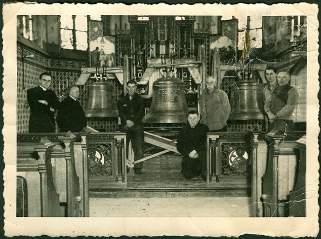 Historische foto van wijding luidklokken 1947. De middendoorgang van de communiebank staat open.
