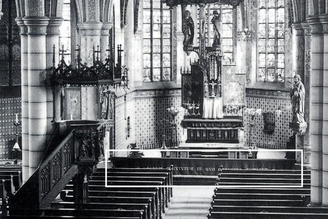 Historisch kerkinterieur van voor de restauratie van 1969-1970. Tussen de eerste pilaren staat de communiebank, op de foto voorzien van een donker communiekleed. Hierdoor is de middendoorgang met het deurtje niet te zien.