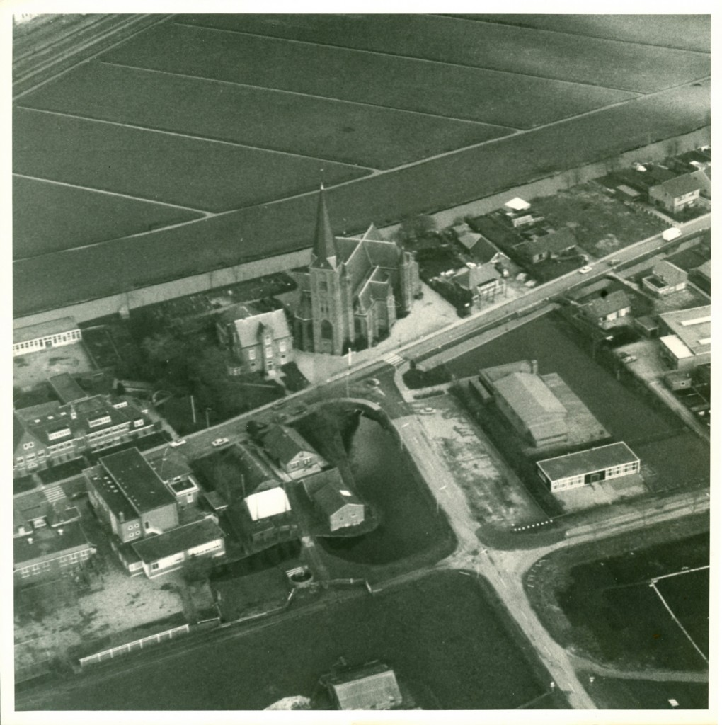 30-Kerk luchtfoto voor 1970 Archief MoJdD2012000pix2