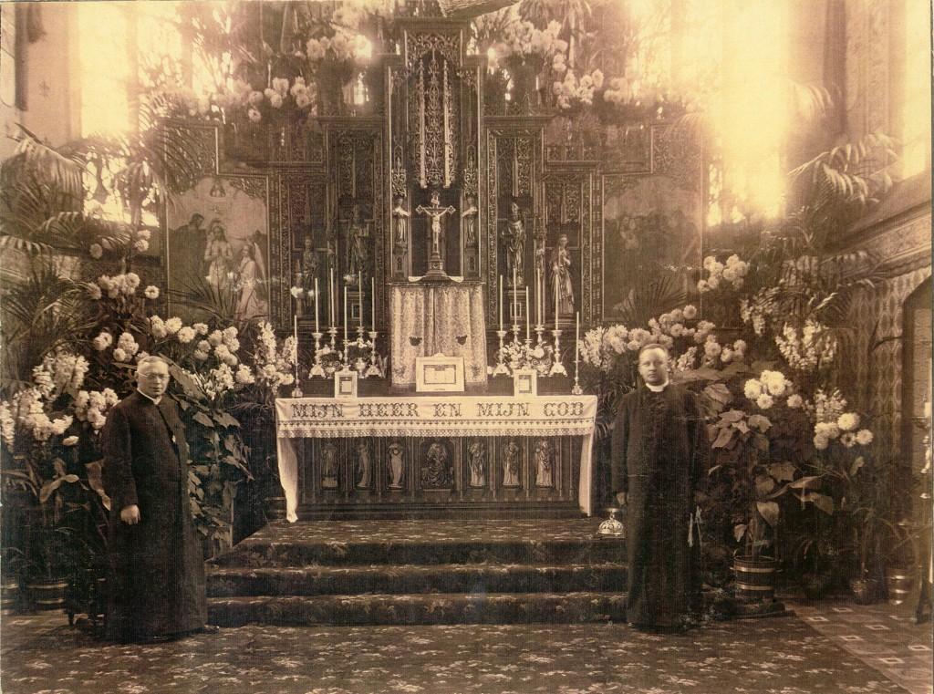 33-Archief MoJdD 1928 Hoogaltaar Sacramentsdag pastoor Heerschop plus kapelaan-e2000pix