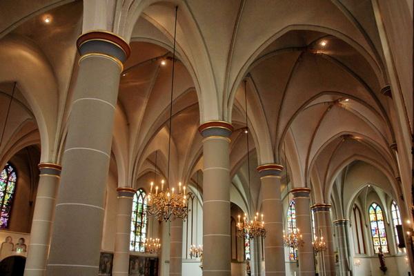 Op de foto van de gewelven is goed de architectuur van de driebeukige hallenkerk te zien. Bij een hallenkerk zijn de beuken nagenoeg even hoog.