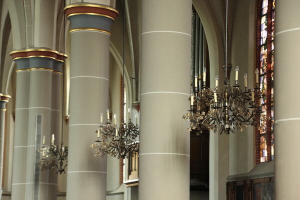 Het ontwerp van de kaarsenkronen (1998) is gebaseerd op een eind 19e eeuwse kaarsenkroon in de St. Nicolaaskerk (1874-1875) van Jutphaas. Deze kerk is ook gebouwd door Alfred Tepe.