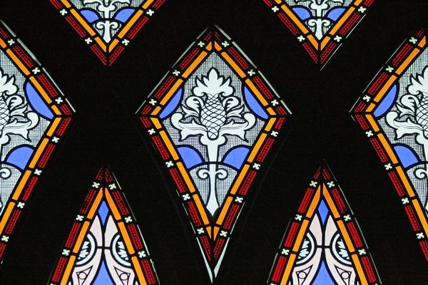 Detail van een raam dat in 1998 werd aangebracht. De decoratieve elementen van de eind 19e eeuwse ramen (geheel links en rechts in de apsis) dienden als voorbeeld.