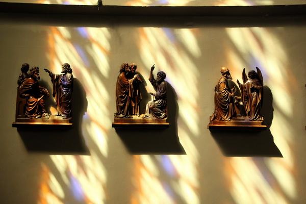 Late namiddagstemming in de noorder transept, met de reliëfs die afkomstig zijn van de eind 19e eeuwse preekstoel. De preekstoel zelf is bij de restauratie van 1969-1970 uit de kerk verdwenen.