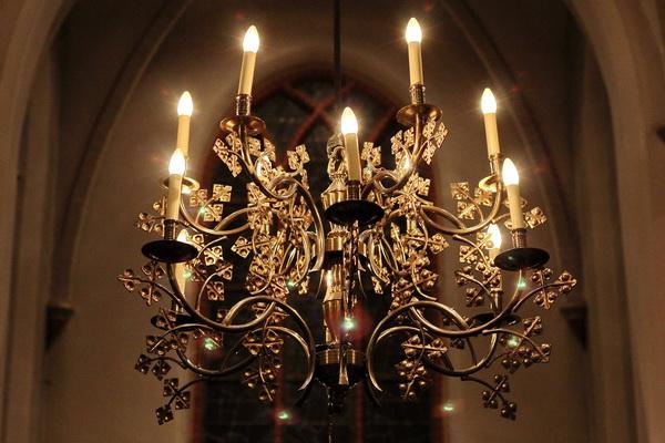 In 2015 werden de gloeilampjes (foto) vervangen door kaarsledlampen: van 40 W per stuk naar 2 W, een factor 20 minder verbruik. Van 480 W naar 24 W per kroon.